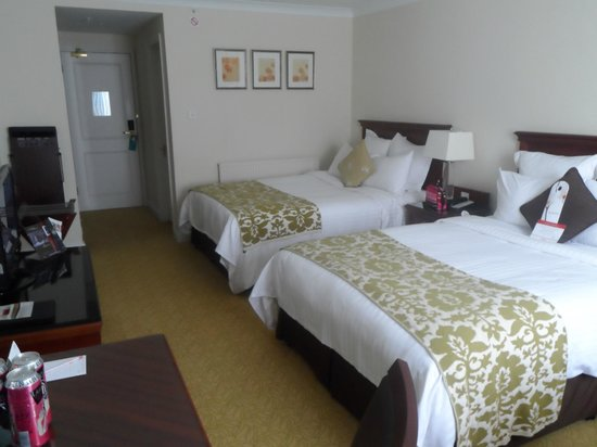 Dalmahoy, A Marriott Hotel &amp; Country Club: Bedroom with two double beds!