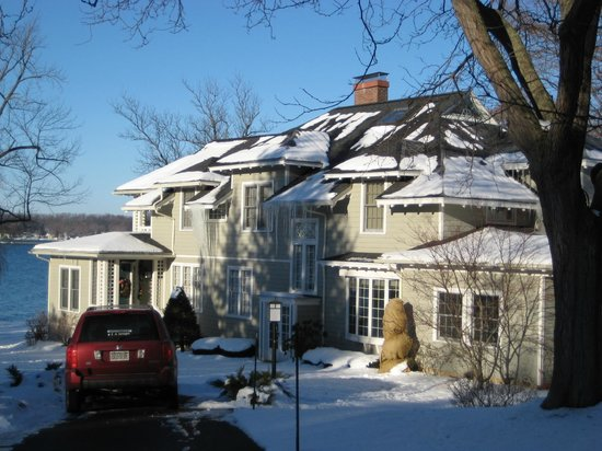 Lakeside Bed and Breakfast: Lakeside B&amp;B winter - snow is glistening