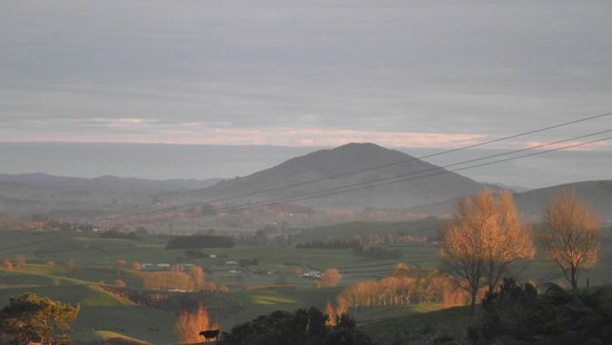 Otorohanga, New Zealand: Winter sunrise from the cottage veranda