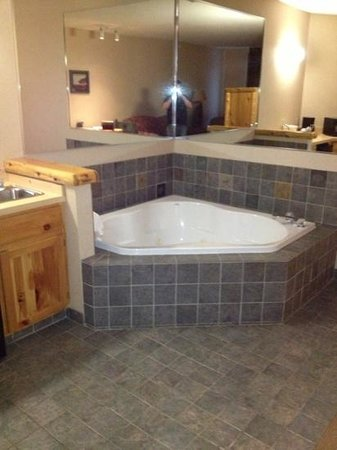 Comfort Suites Rapid River Lodge:                   tub