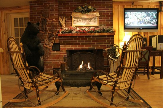Vacationland Inn: cozy lobby