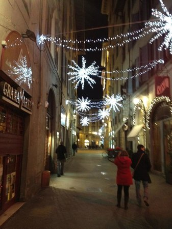 B&amp;B Residenza della Signoria: The street at night (not sure if there are always lights, or only during the Christmas season)