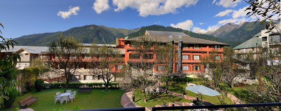 Honeymoon Inn Manali: Orchard and Lawn
