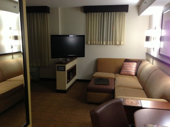 Hyatt Place Herndon / Dulles Airport - East:                   Living Room