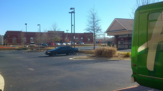 Holiday Inn Express & Suites Atlanta Airport West - Camp Creek:                   Teil des Hotelparkplatzes