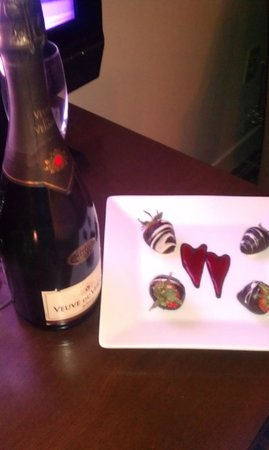 Ellis Hotel: Chocolate Covered-Strawberries w/Champagne - Romance Package