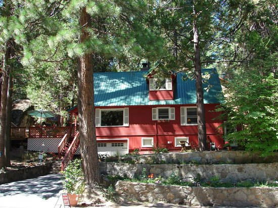 Elliott House Bed & Breakfast: Located in the beautiful Sierra Nevada mountains, the Elliott House B&B IS Shaver Lake'