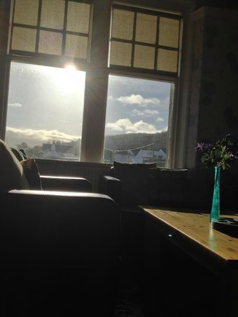 Whiting Bay, UK: The sun streams into our comfy seating area