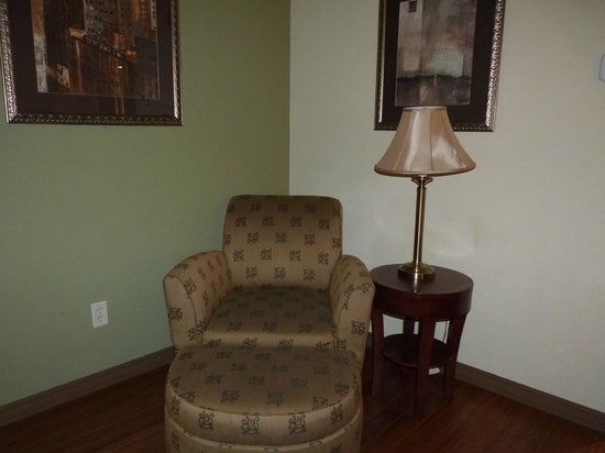 Wingate by Wyndham Tuscaloosa: Chair and ottoman