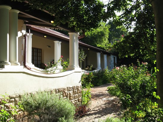 Melvin Residence Guest House: Veranda and gardens