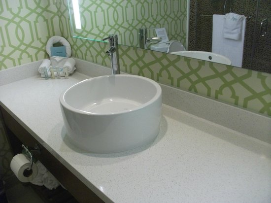 Holiday Inn Express Anaheim Maingate: New modern bathroom sink