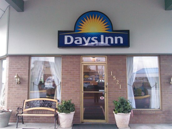 Auburn Days Inn: Outside Lobby