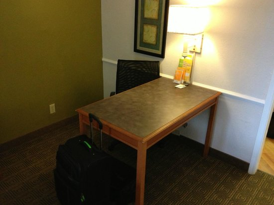 La Quinta Inn &amp; Suites Orlando Airport North: Nice well lit work area