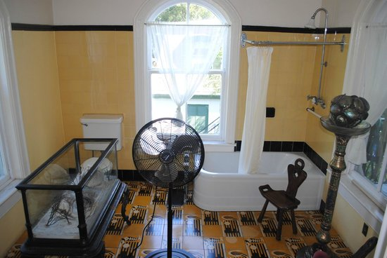 The Ernest Hemingway Home and Museum: Master bath