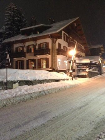 Chalet d'Antoine:                   the chalet at night