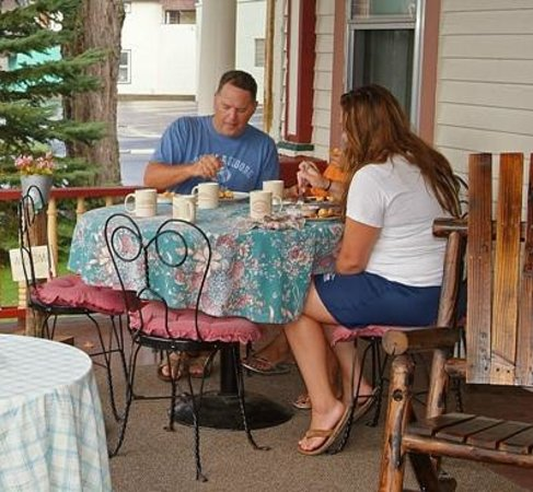 Port Allegany, Pensylwania: Breakfast on the front porch during warmer weather