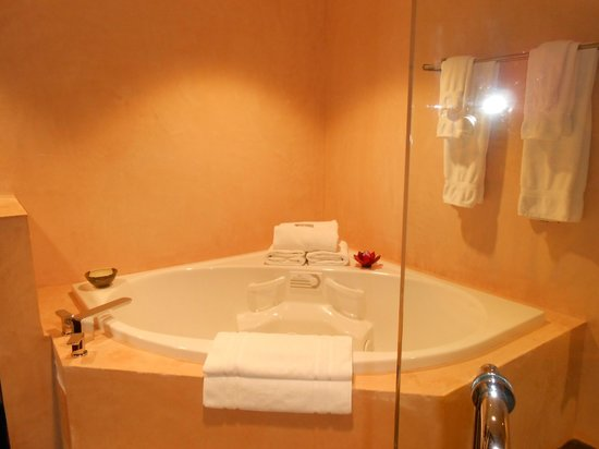 Inn at The Black Olive:                   spa Jacuzzi bathroom