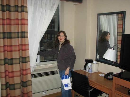Holiday Inn Express New York City Fifth Ave: Habitacion con vista a la calle