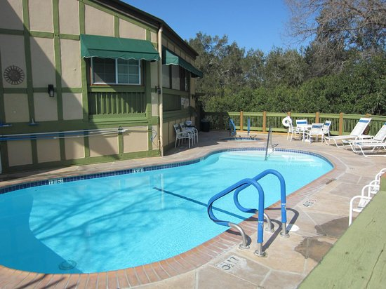 Solvang, Kalifornia:                   Pool and hot tub. Extremely clean.