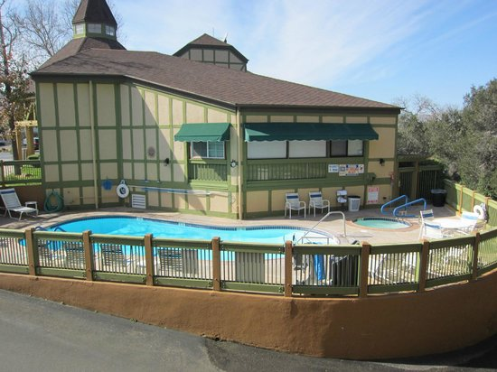 Solvang, Kalifornia:                   Pool and hot tub area.