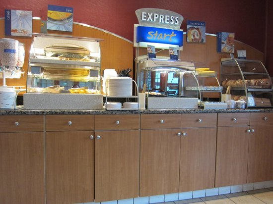 Holiday Inn Express Solvang:                   Breakfast area. Spotless.