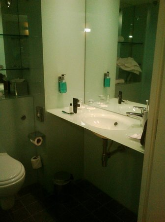 Ramada Encore Crewe: Bathroom in standard room
