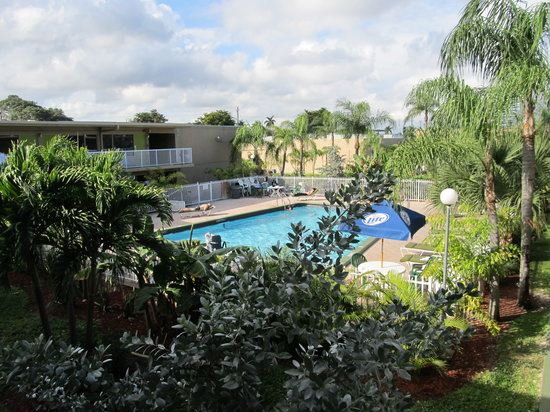 Rodeway Inn & Suites Fort Lauderdlale Airport/Cruise Port: Pool in the hotel courtyard