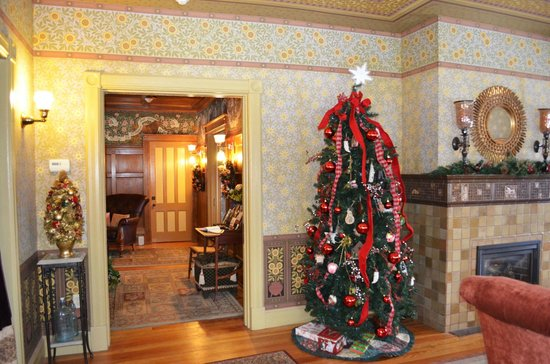 ‪‪Rosehaven Inn Bed and Breakfast‬:                   Christmas tree in the entry/ living room