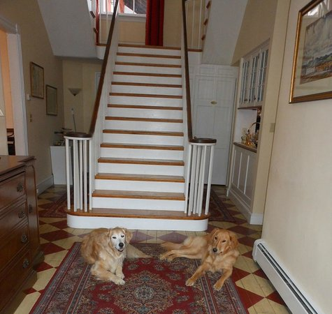 Marietta, Pennsylvanie :                   Kasey & Em in Ascot House's front hall
