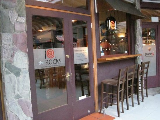 The Rocks Cafe: Outdoor seating