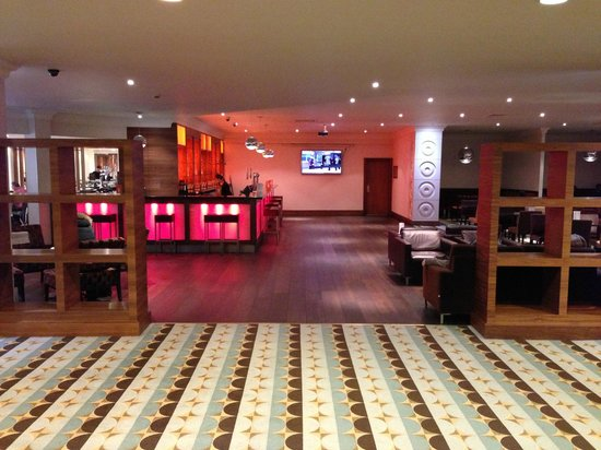 Renaissance London Heathrow Hotel: Bar area near reception