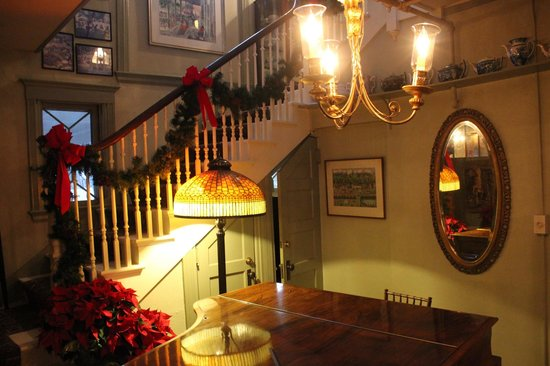 The Red Lion Inn: Lovely Lobby Stairs