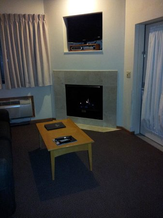 Timber Ridge Lodge & Waterpark:                   hotel room fire place
