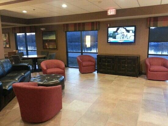 Holiday Inn Council Bluffs: Lounge Area - PCs and TV