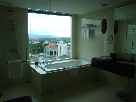 Pullman Kuching: Bathroom with a view