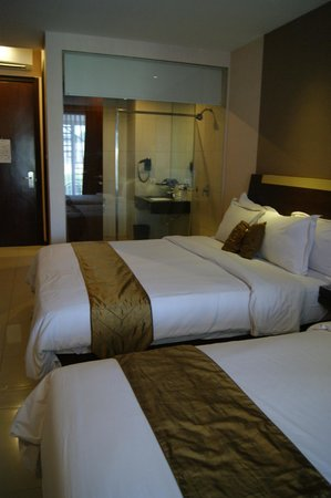 Scarlet Dago Hotel:                                     2 King size beds with sexy bathroom.. hehe
