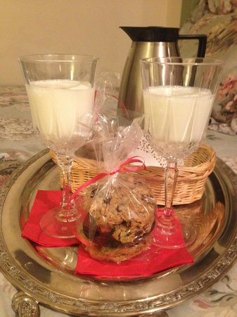 Rosewood Country Inn: Cookies and milk