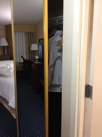 Hampton Inn Dulles-Cascades: closet door doubled as mirror