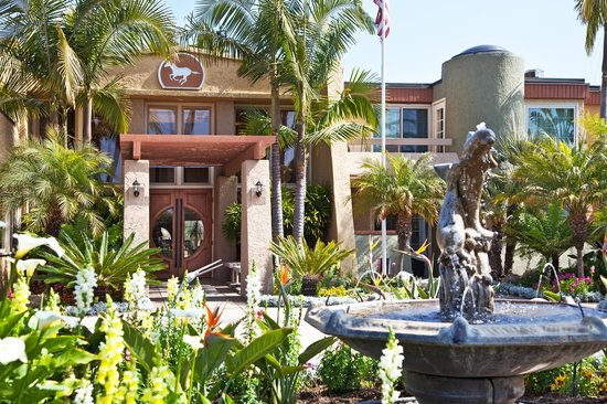 Winners Circle Resort: Front Entrance Fountain