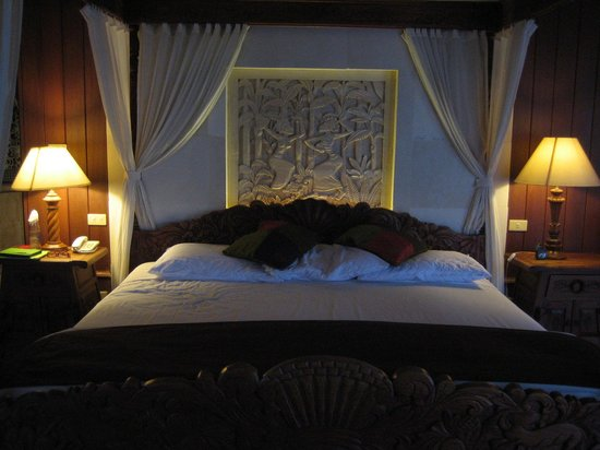 ‪‪Dewani Villa‬: Four poster with carved headboard‬