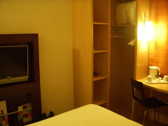 Ibis London Heathrow Airport: Cupboard/ Wardrobe/ Storage