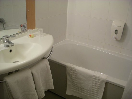 Ibis London Heathrow Airport: Bathroom