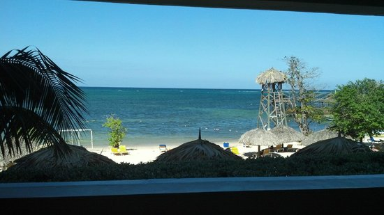 Iberostar Rose Hall Beach Hotel: Notice the wall. No view unless standing.