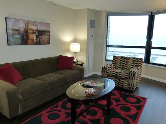 Manilow Suites At North Harbor Tower: Fabulous amenities and washer/dryer in the apartment