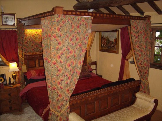 Wizards Thatch at Alderley Edge:                   the stunning 7ft bed