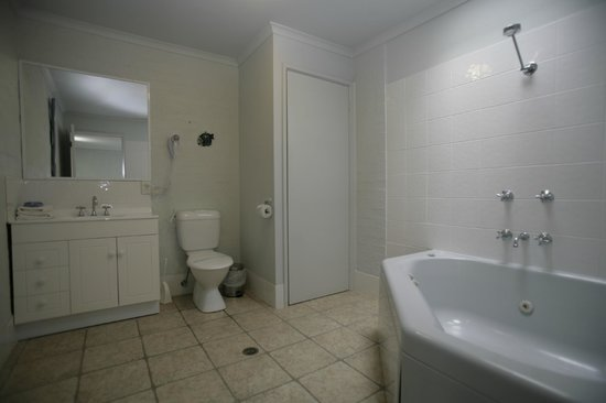 Apollo Luxury Apartments: large corner spa in main bathroom