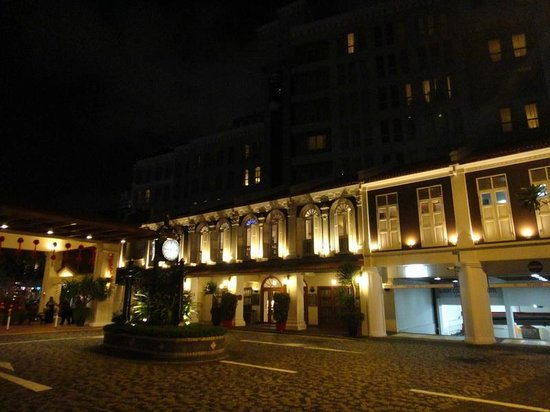 Village Hotel Albert Court by Far East Hospitality:                   夜間はライトアップされて綺麗です