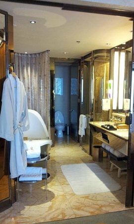 The Ritz-Carlton Shanghai Pudong:                   bath room