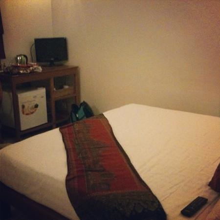 Horizons Cambodia:                   nice tv, king size bed, kettle, kitchen area, ac and fan! what more do u need?