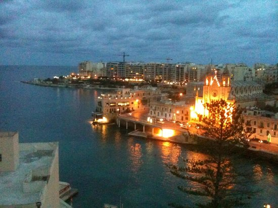 Le Meridien St. Julians:                   View of the bay in front of the hotel at night